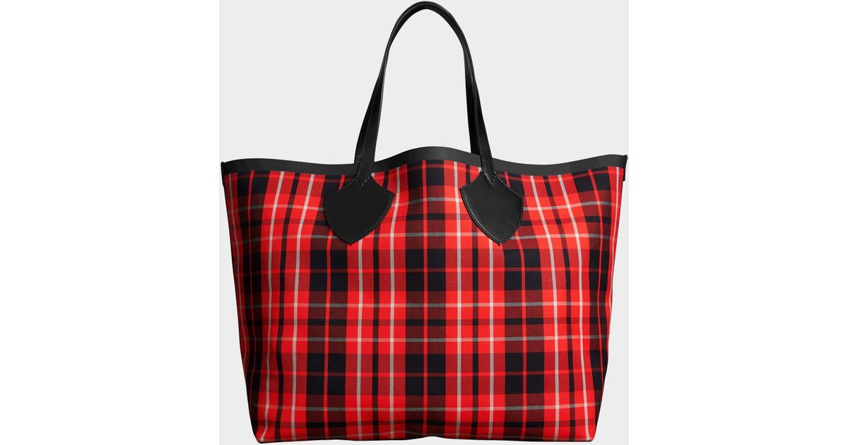 d4ae621577fb Lyst - Burberry The Giant Reversible Tote Bag In Vibrant Red And Black  Tartan Bonded