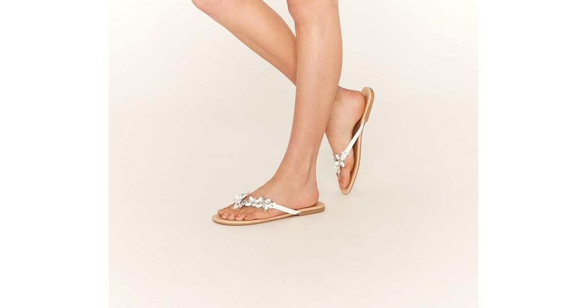 f9793ed7b684e6 Oasis White Flower Toeposts in White - Save 55% - Lyst