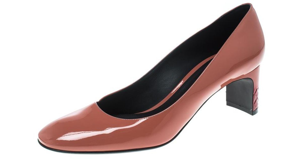 802723e4aee3 Lyst - Bottega Veneta Peach Patent Leather Intrecciato Detail Pumps in Pink