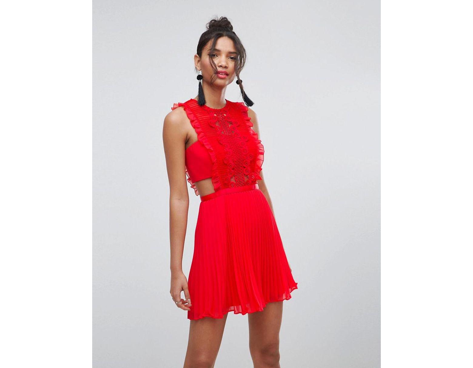 e40f50acdc3 Robe chasuble plisse en dentelle coupe courte ASOS en coloris Rouge - Lyst