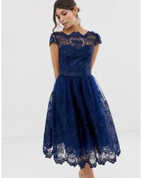 Chi Chi London - Vestito midi premium in pizzo blu navy con maniche ad aletta - Lyst