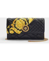 Versace Pochette du soir en Cuir de Veau Matelassé Noir et Imprimé Gold Hibiscus