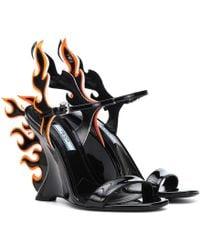 Prada - Sandales 100 Flame compensées en cuir verni - Lyst