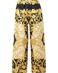 4f1caee3a30a Versace - Pantalon Large Raccourci En Charmeuse De Soie Imprimée - Lyst