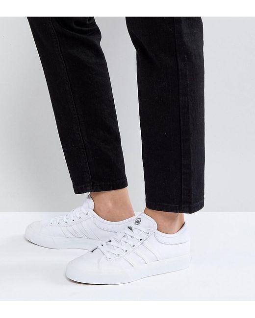 lyst adidas originali matchcourt triplo white formatori in bianco.