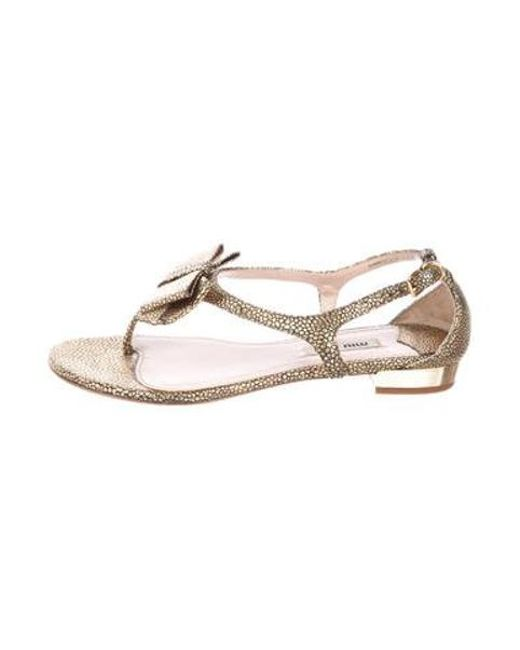 9ffcc08bdde9 Miu Miu - Metallic Miu Embossed Bow Sandals Gold - Lyst ...