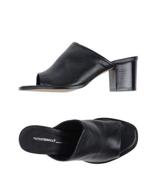 Intentionally_______. Intentionnellement_______. Sandals Des Sandales GUJ7M493J