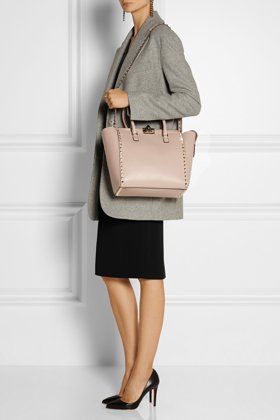 4fff91a38a77 Lyst - Valentino The Rockstud Medium Leather Trapeze Bag in Pink