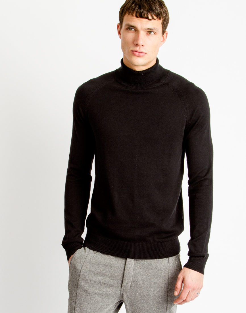 The roll neck jumper is an incredibly versatile garment; effortlessly bridging the gap between formal and informal, casual and calculated. Worn as a standalone piece with rolled sleeves and denim, a chunky knit roll neck will add texture and an edge to your off-duty style.