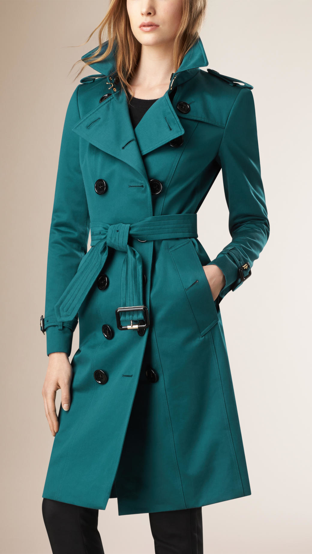 A Blue trench coat would be the perfect trench coat for everybody, but since we believe in made-to-measure we give you the possibility to adjust the trench coat to your likings. When the fabric and color are the right match for you, you can start adjusting the details, like .