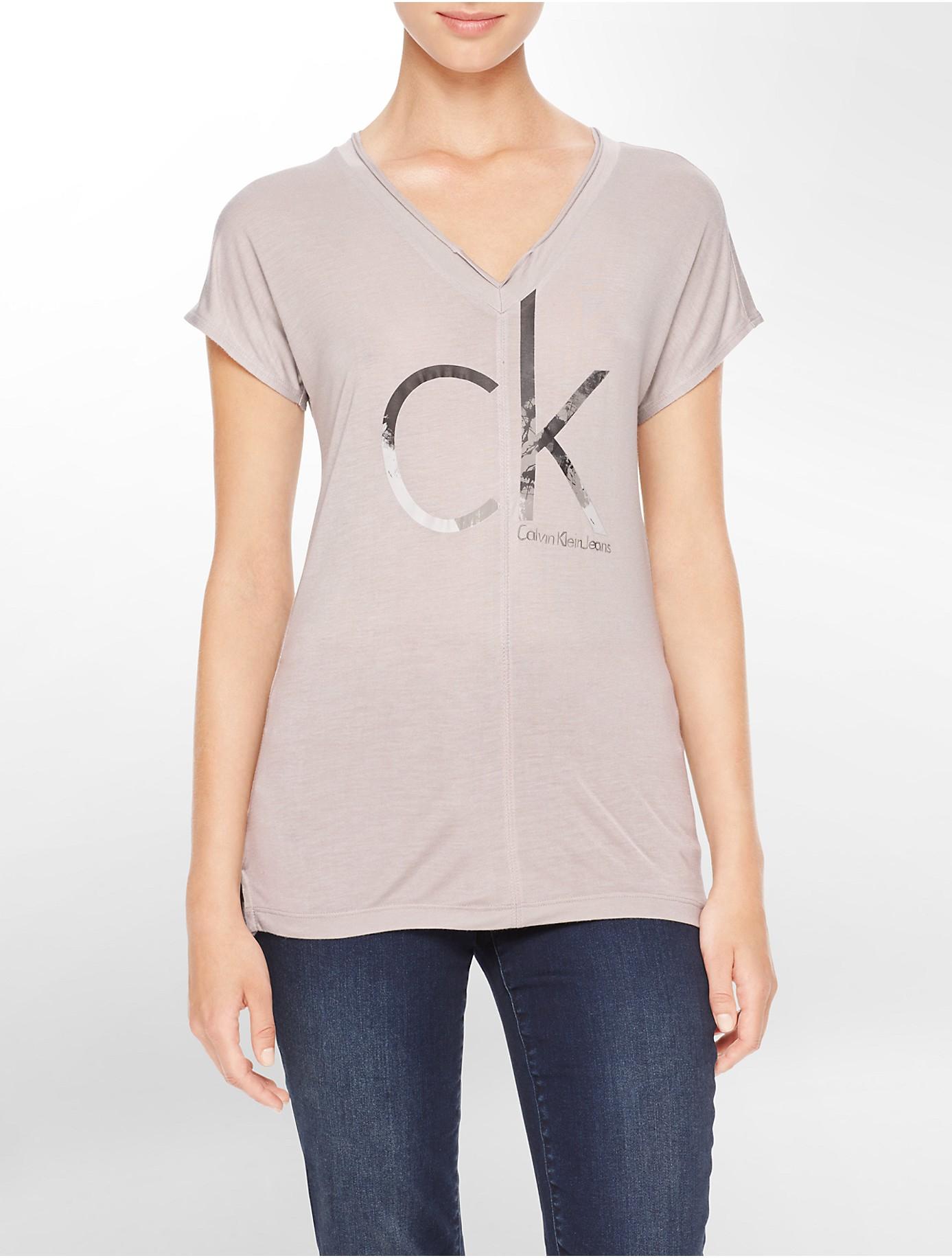calvin klein jeans logo high low drop shoulder short sleeve top in gray lyst. Black Bedroom Furniture Sets. Home Design Ideas