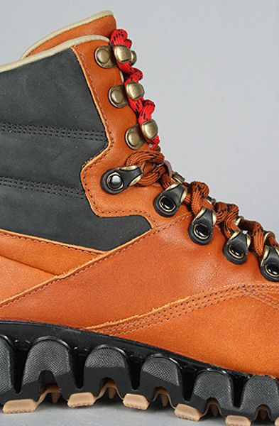 Reebok The Classic Zig Cliffhanger Boot In Black And Buff