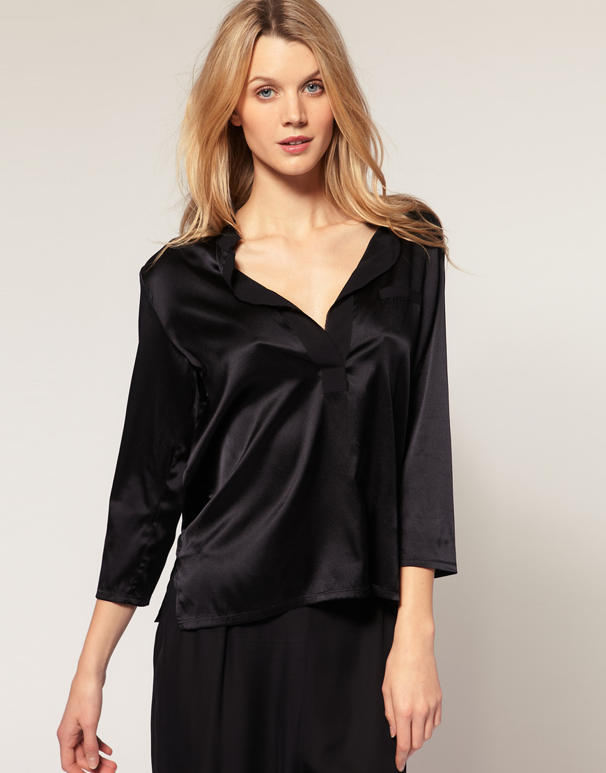Rita top by Connie Roberson is a perfect example of the brand's sophisticated, feminine aesthetic. Crafted from silk fabric, Rita top features functional buttons, side slits and a stand up collar neckline. Pair it with white pants and bold statement earrings for a perfectly polished, elegant look.