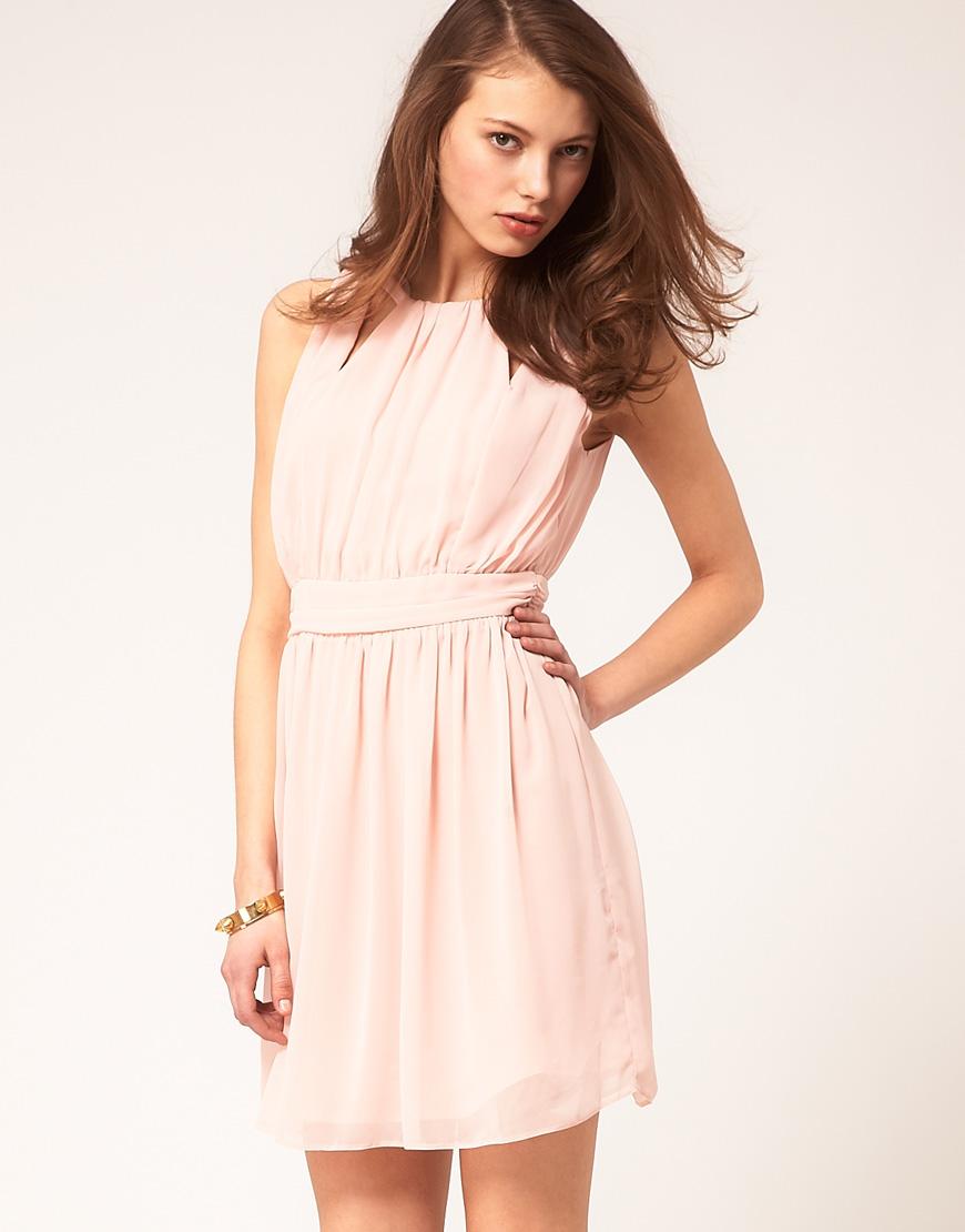 На фото: Благодаря умению дизайнеров и модельеров, короткие платья в греческом стиле нисколько не уступают по красоте