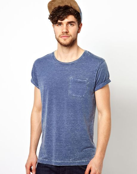 Men's Roll Sleeve T-Shirts A subtle reference to '50s styling, our roller fit T-shirts offer a classic fitting body with lower pre-rolled sleeves for that iconic finish. With both plain and printed options we have a roll sleeve tee to suit every taste.
