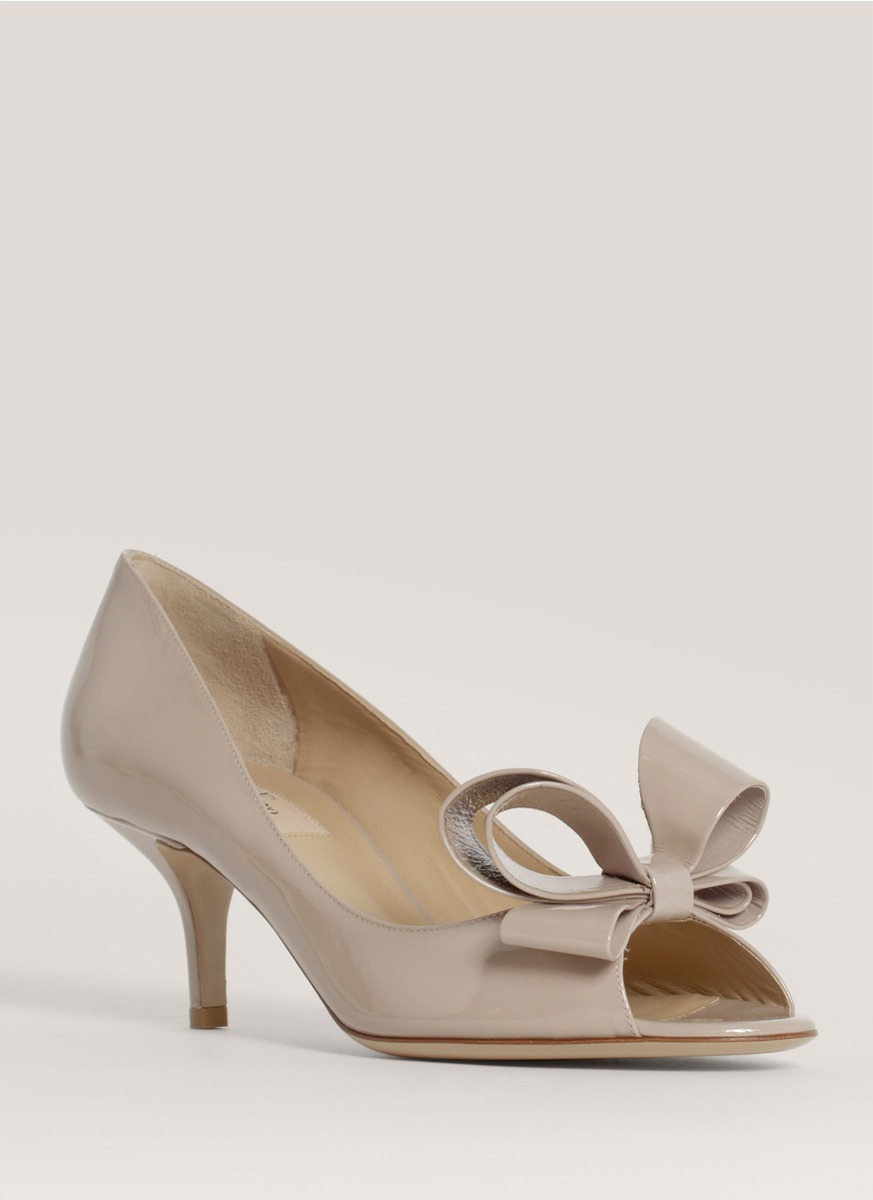 3a2682a3e78 Valentino Patent Leather Bow Pumps in Natural - Lyst
