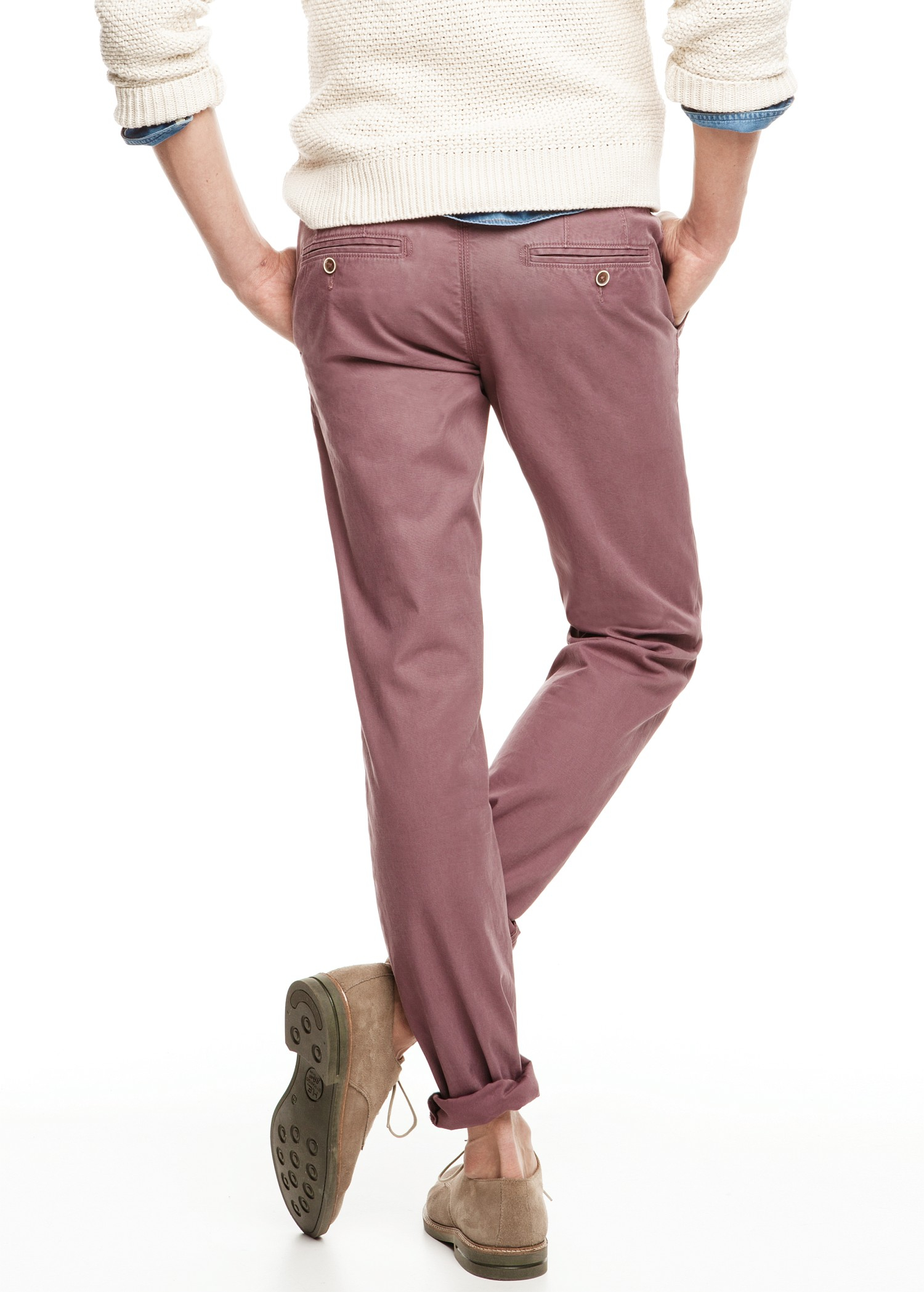 Men's chino pants are semi formal pants that are very versatile. They tend to have a slimmer fit, which gives them a more formal look. Chino can come in a large range of colors, and have hidden pockets.