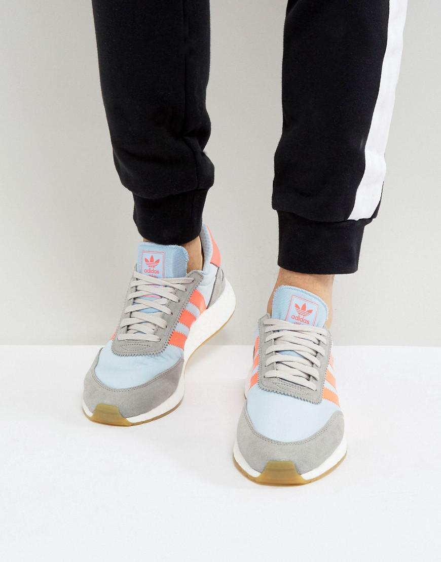 lyst adidas originali iniki runner scarpe in grigio bb2098 in grigio.