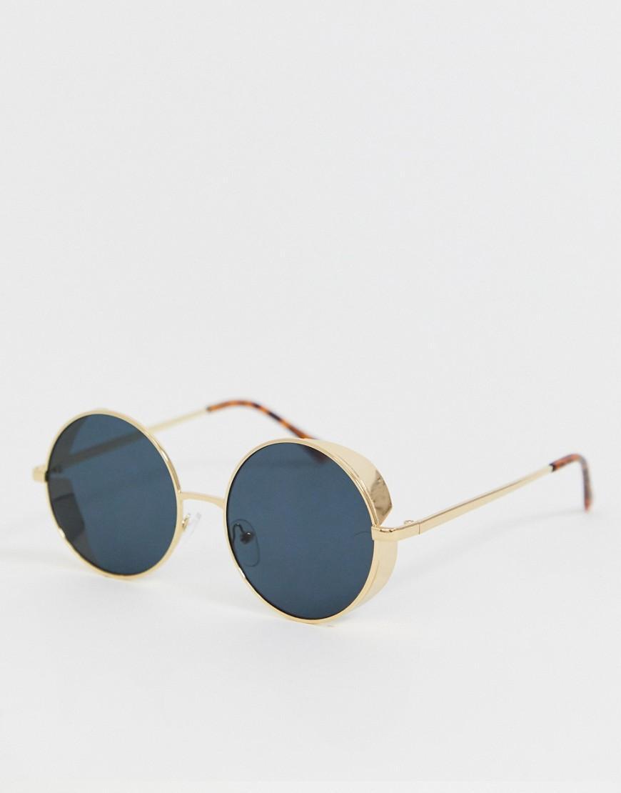e02bb07f80 ASOS - Blue Gafas de sol redondas de metal dorado con lentes ahumadas y  detalles en. Ver en pantalla completa