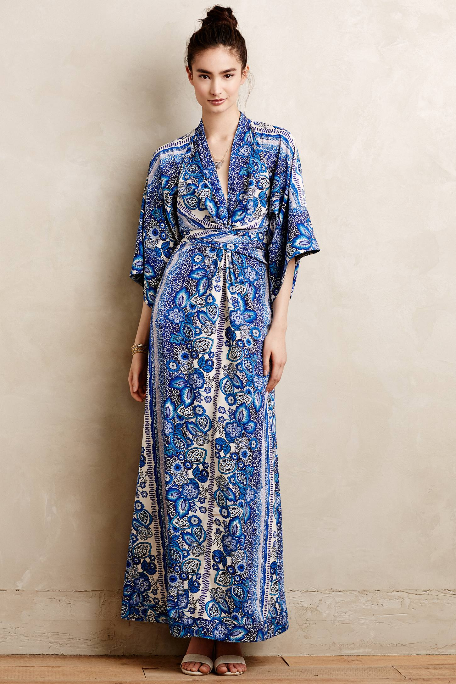 Kimono Dress. A kimono dress remains an outfit in itself. Its unique pattern and wrap style complements any woman of any body type. Whether for a dinner date or for a night on the town, a kimono dress is a polished outfit choice that looks sassy and feminine, all in one.
