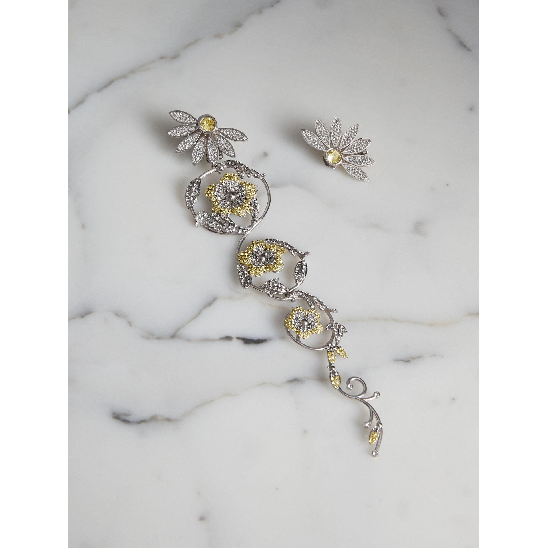 Burberry Asymetric Half-Daisy Drop Earrings in Peridot Green Crystal and Metal 4tfFVZ