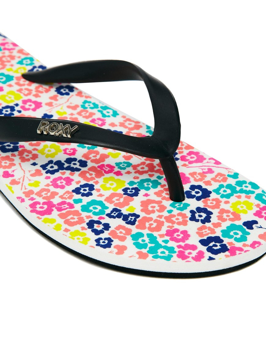 Lyst Roxy Papeete White Flower Print Flip Flops In Black