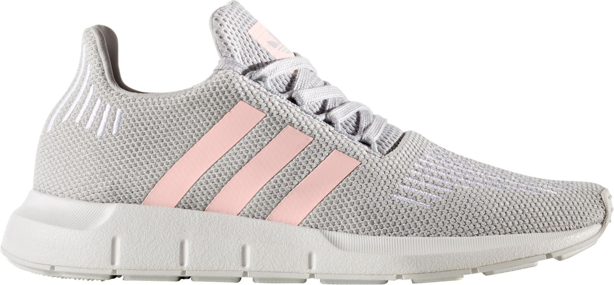 lyst adidas originali swift run scarpe da corsa in grigio.