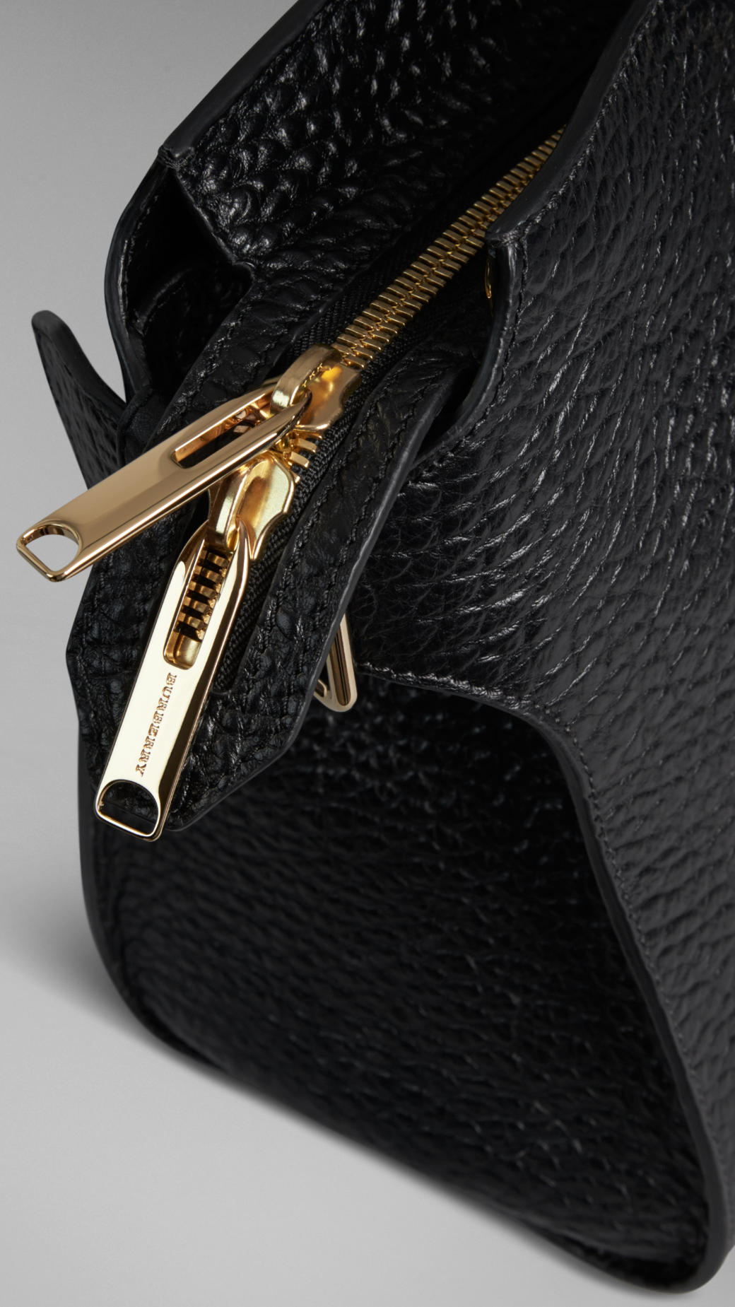 Lyst - Burberry The Large Clifton Signature Grain Leather Bag in Black 768d9ac69835d