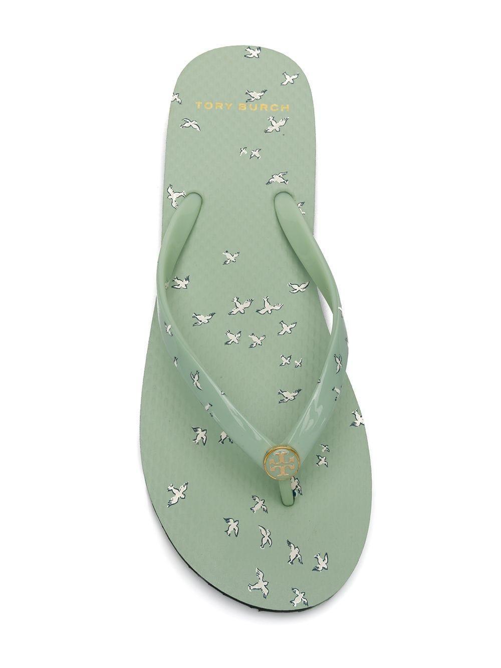 57d6c613da2193 Tory Burch - Green Flip-Flops mit Logo - Lyst. Vollbild ansehen