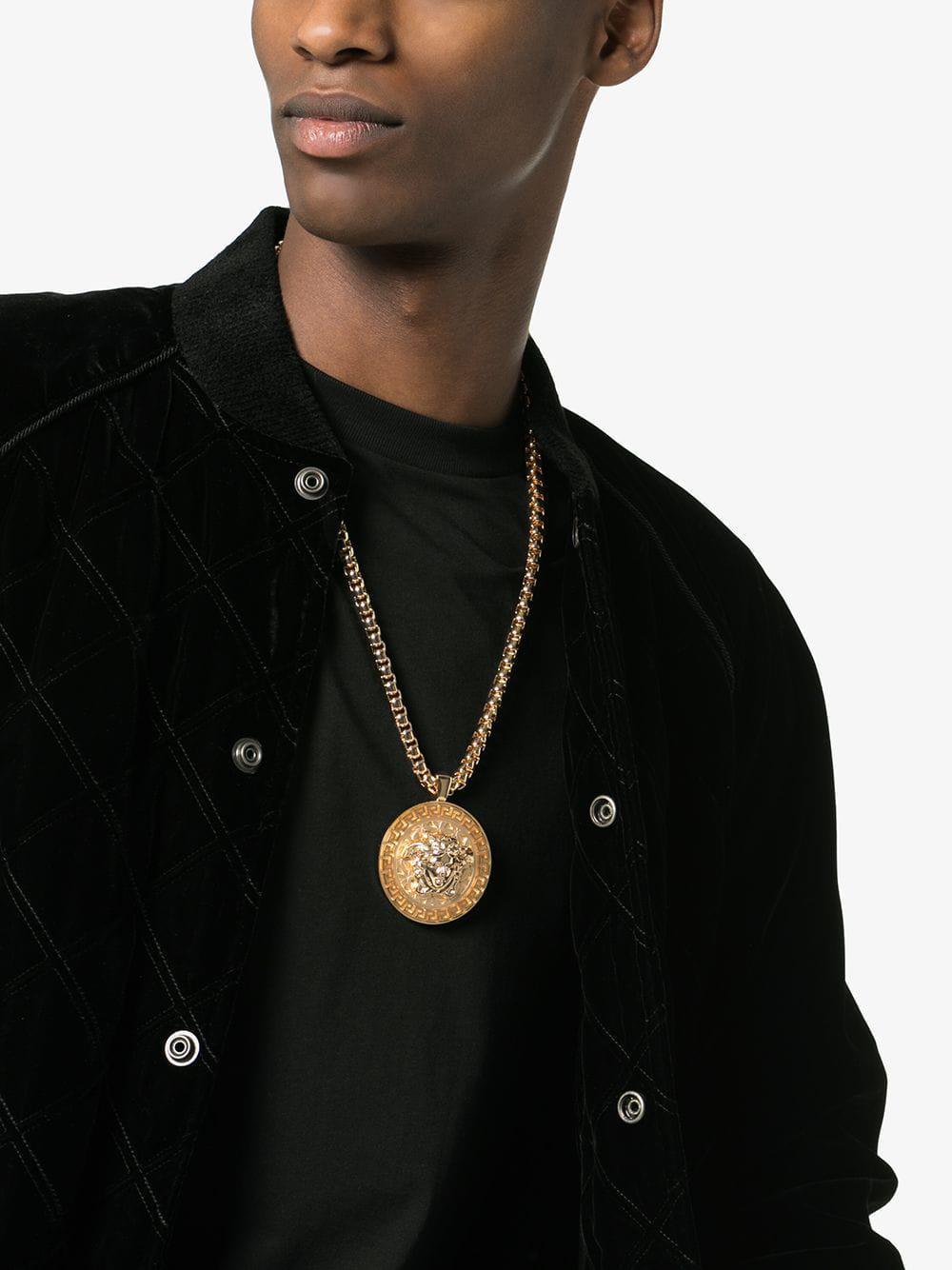 e3b42b21f040 Lyst - Collier à pendentif Medusa Versace pour homme en coloris Métallisé