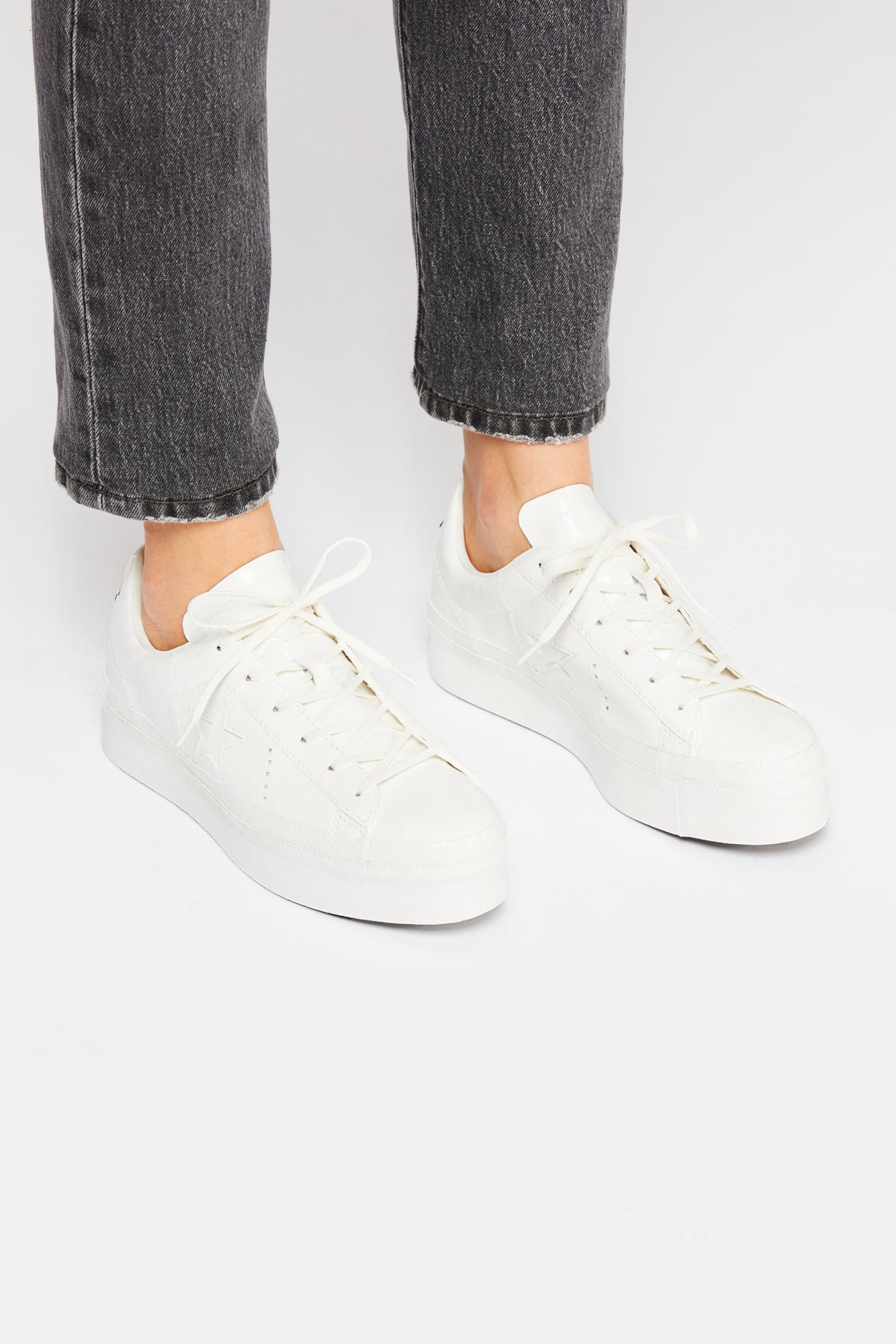 afbe44650d4 Free People One Star Patent Platform Sneaker By Converse in White - Lyst
