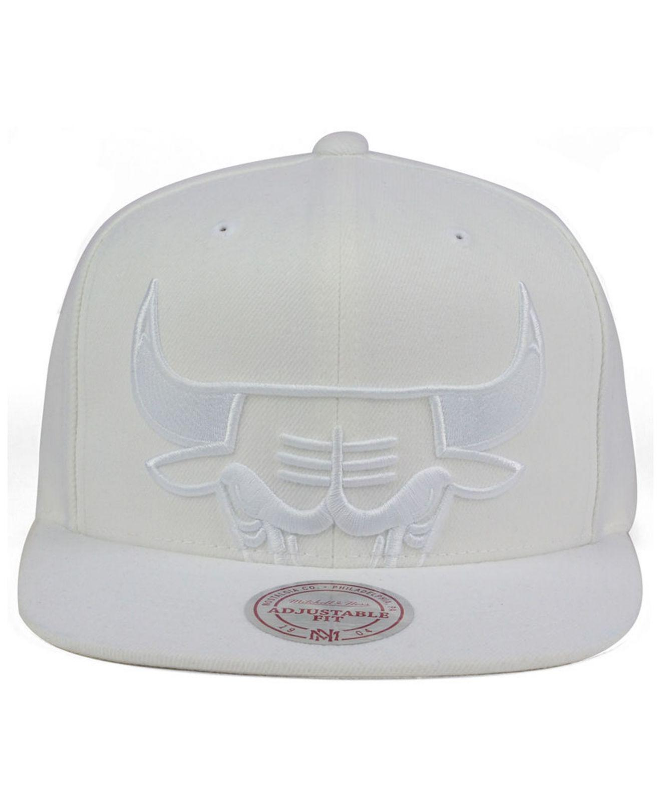 83097753 Mitchell & Ness Chicago Bulls Cropped Xl Logo Snapback Cap in White ...