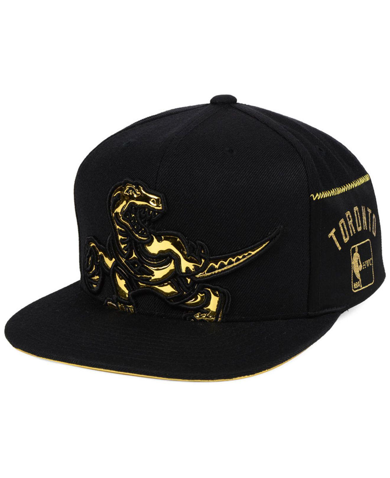 the best attitude ccb79 50fc7 Mitchell   Ness Toronto Raptors Patent Cropped Snapback Cap in Black ...