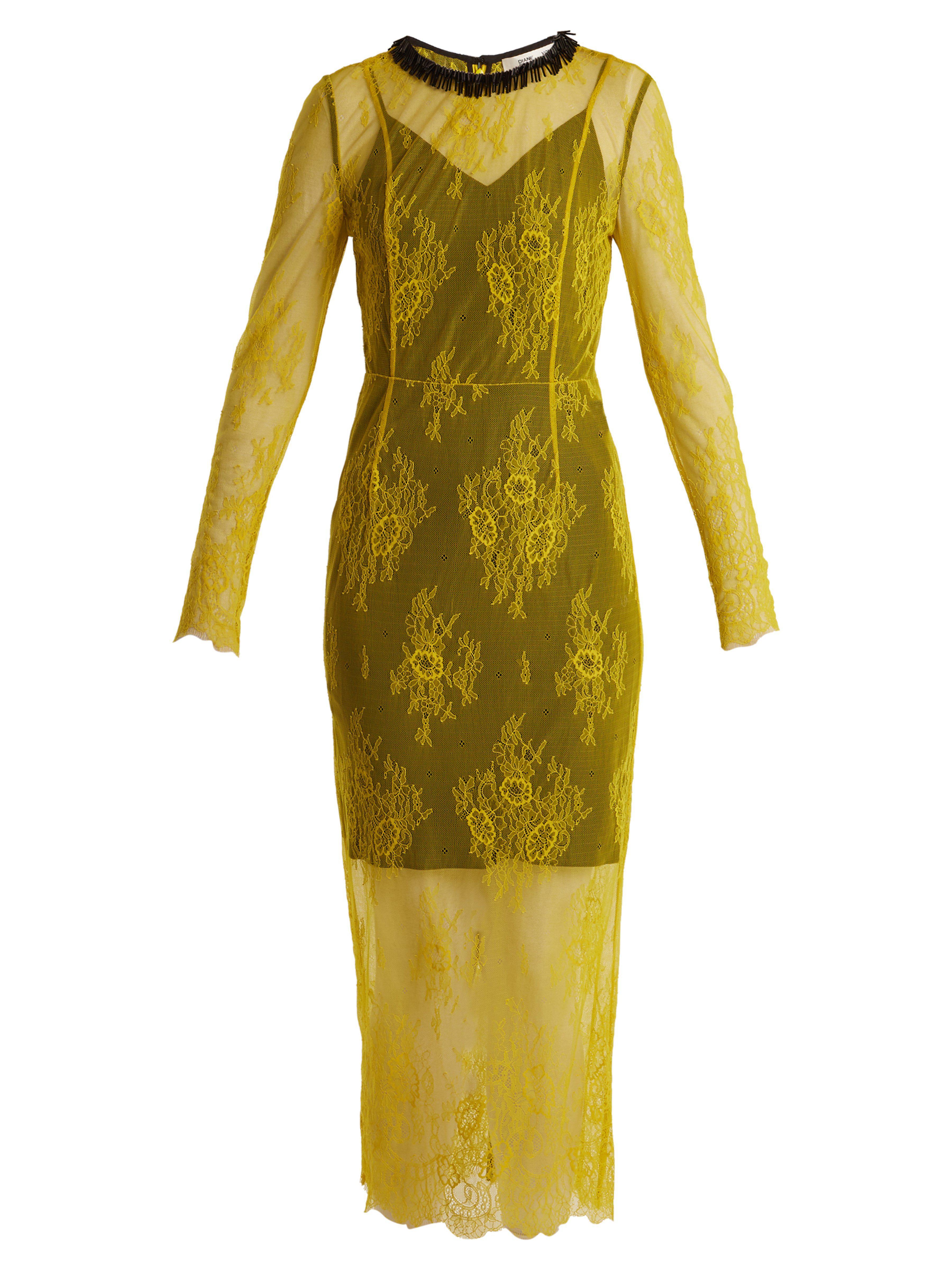 47d22443c5f Diane von Furstenberg. Robe en dentelle à manches longues ornée de perles  ...