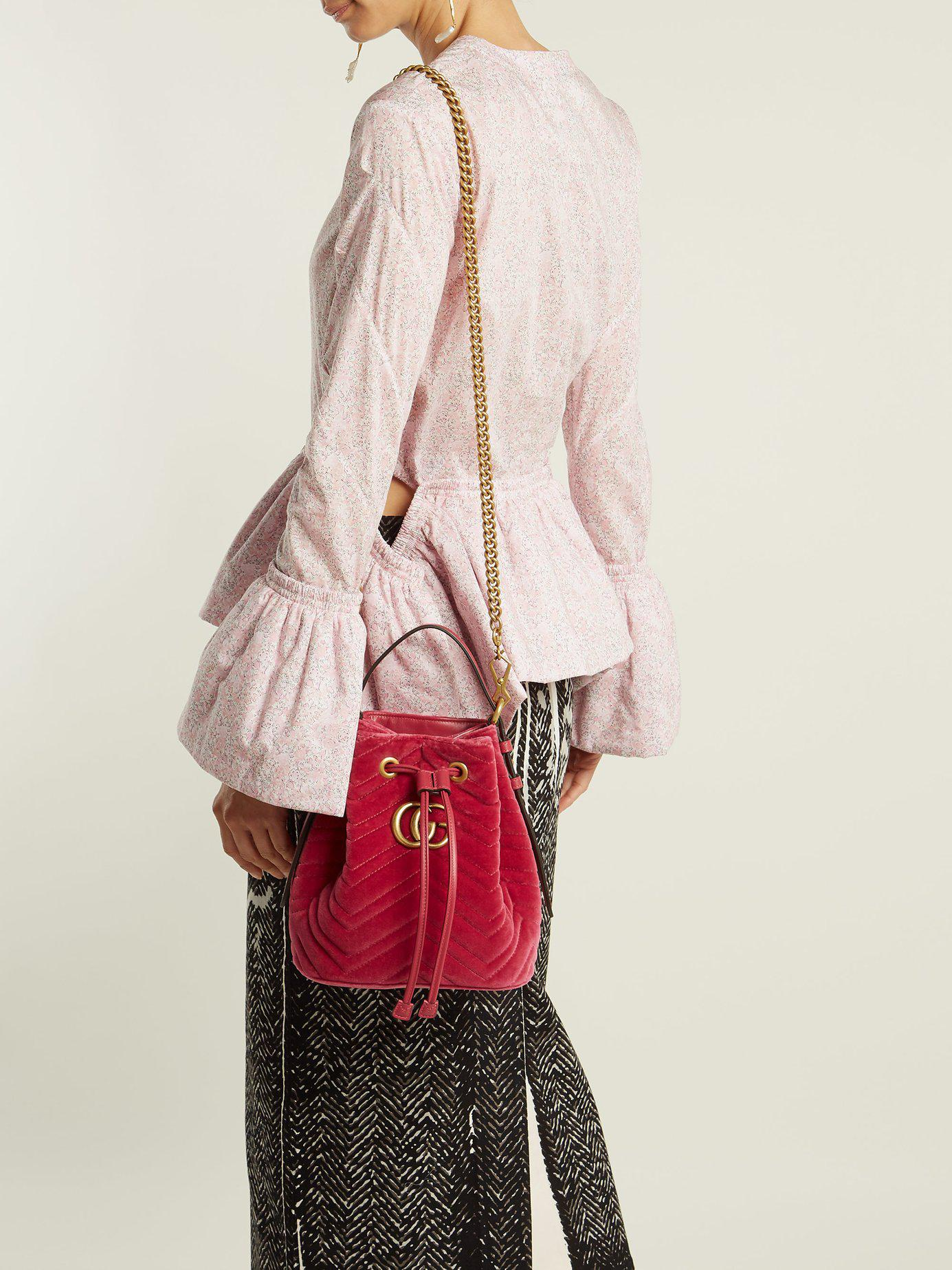 67ca6ebfd Gucci Gg Marmont Quilted Velvet Drawstring Bucket Bag in Pink - Lyst