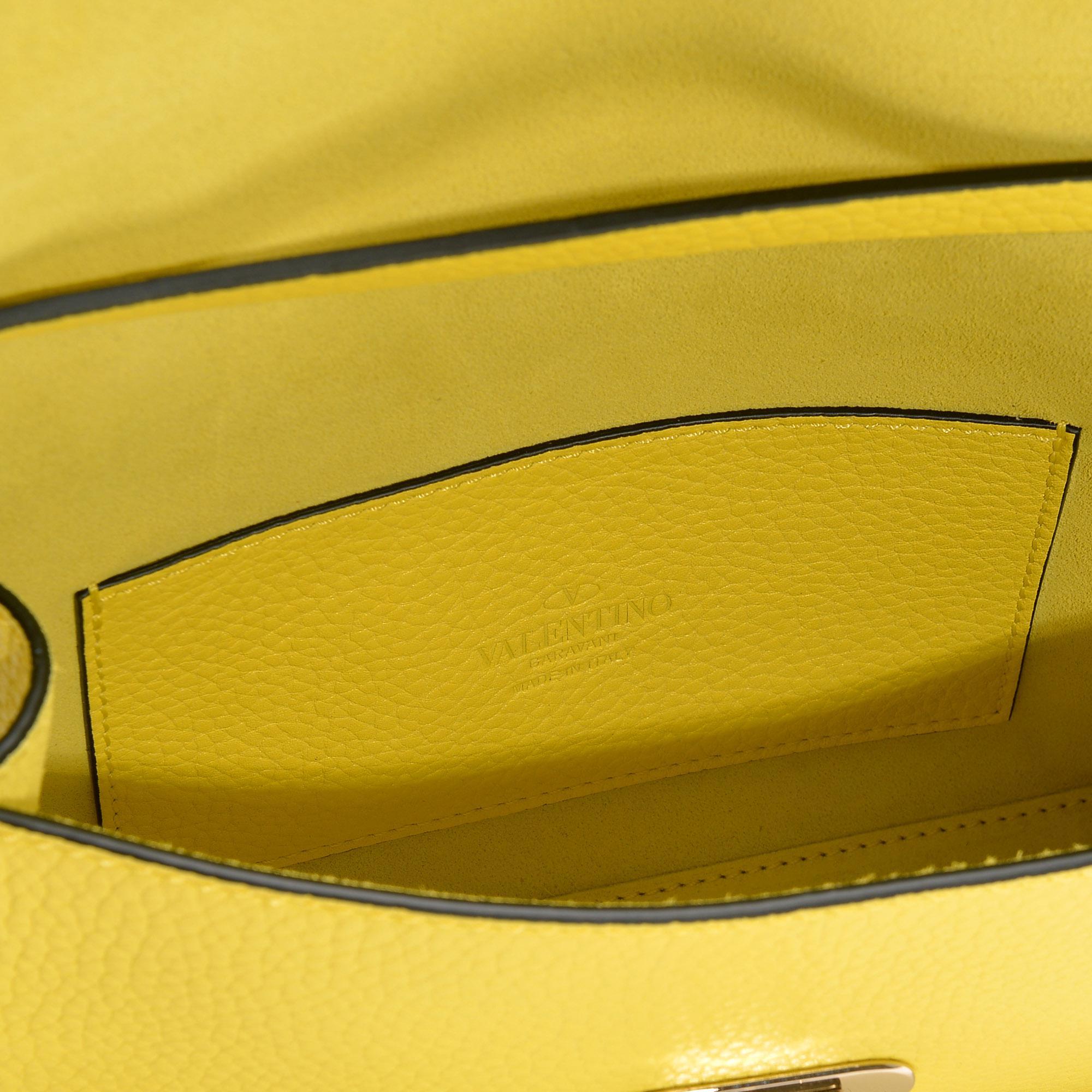 2ee17d7e3c3 Lyst - Sac à main rockstud medium 181 en cuir de veau grainé jaune ...
