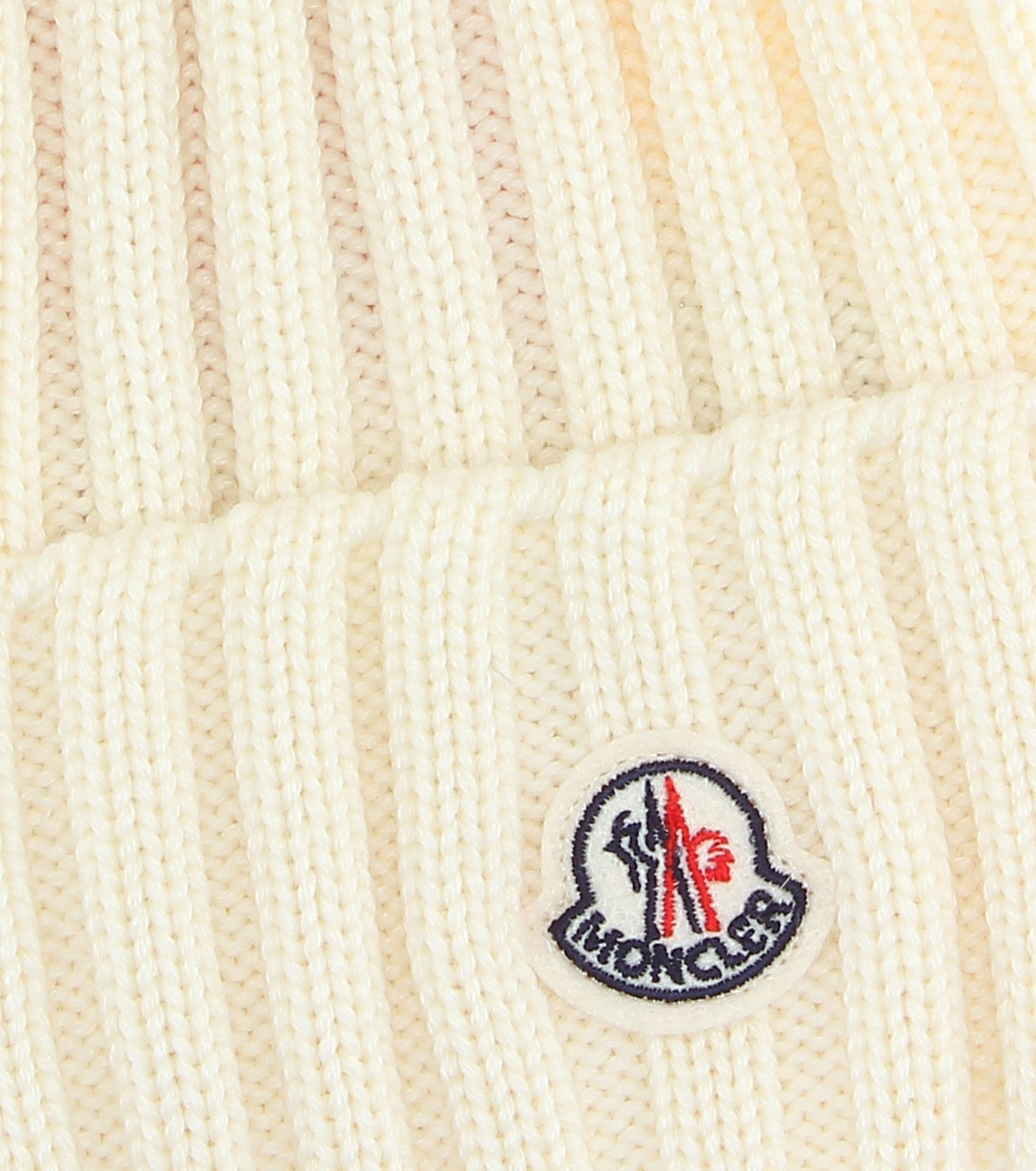 Lyst - Gorro de lana con adorno de pelo Moncler de color Blanco fa9e6944946