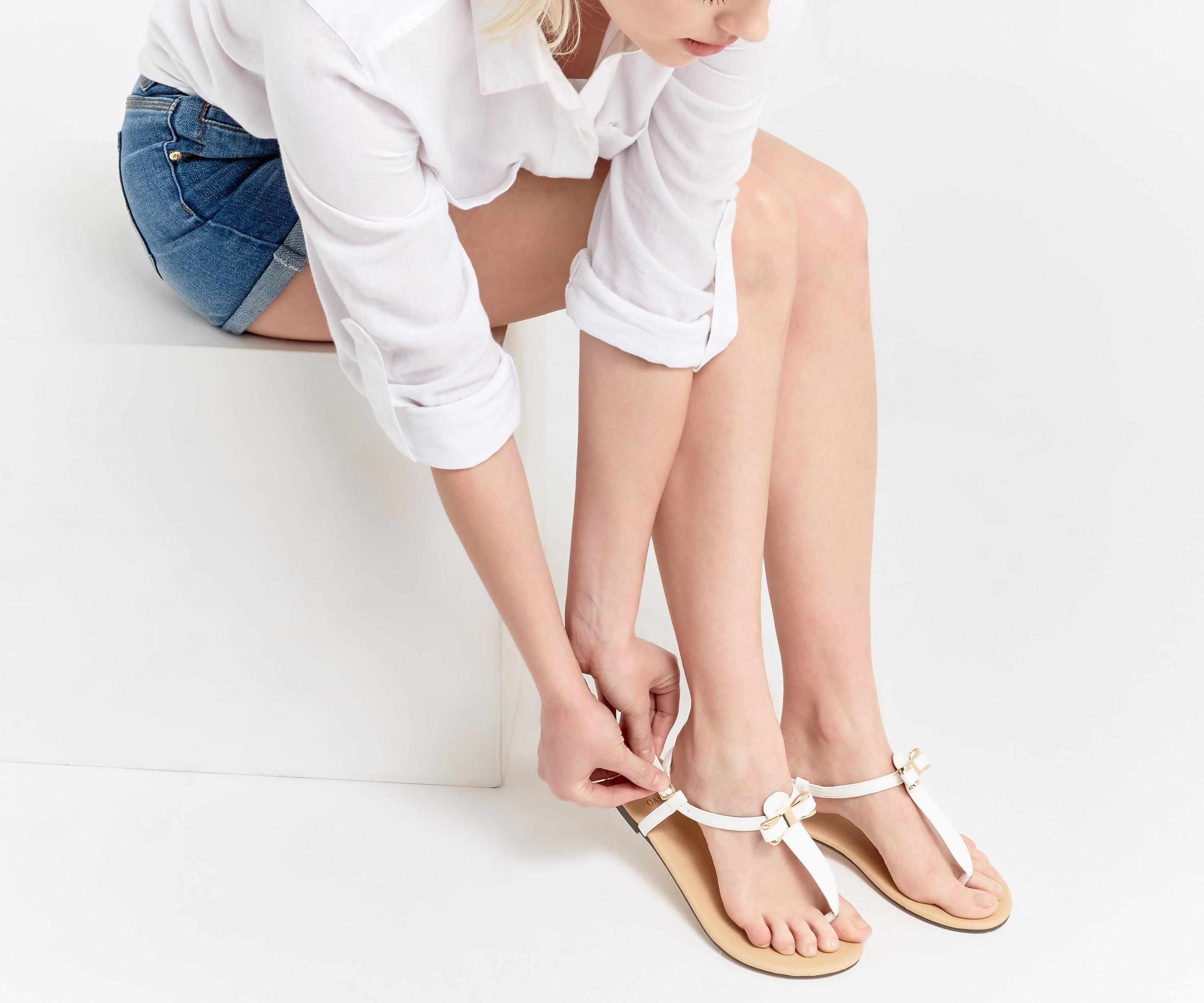 87239cdf36c000 Oasis Becky Bow Toe Post in White - Lyst
