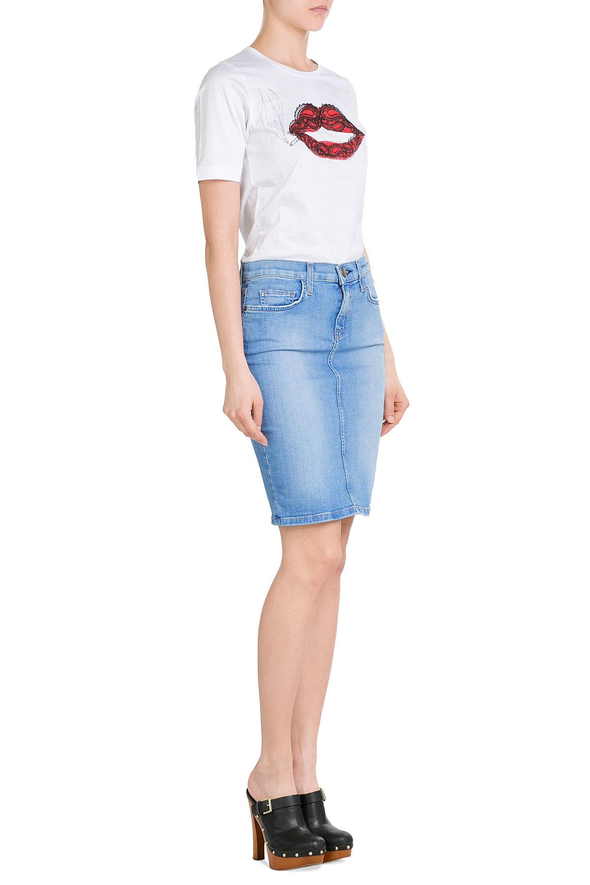 The classic denim skirt is a great companion to a long sleeved sweater or cardigan in a bright color. This fun loving skirt can be a mini skirt, knee length or ankle length, in either pale blue or very dark denim with a buttoned front or zippered closure.