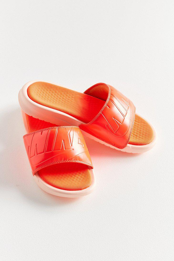 09ab728ba983 Gallery. Previously sold at  Urban Outfitters · Women s Nike Benassi ...