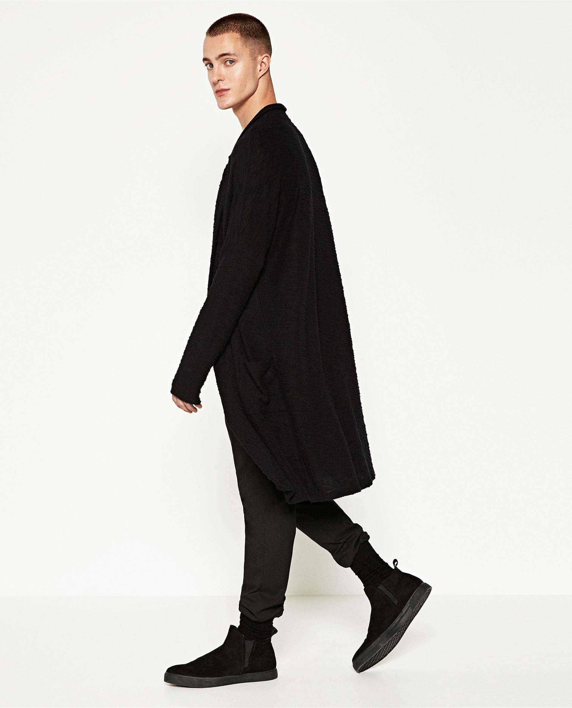 Stay cozy in style with knitwear for men at ZARA online. FREE SHIPPING without any complications.
